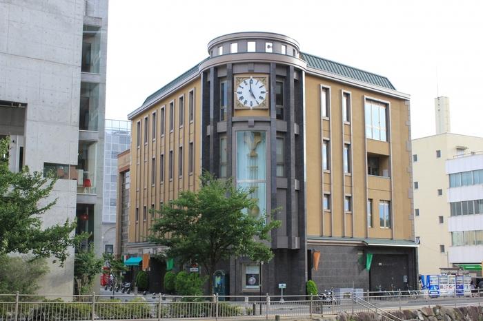 縄手通りの手前には、時計博物館があります。さまざまな古時計をできる限り動いている状態で展示しています。
