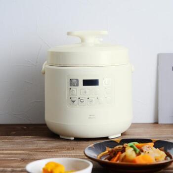 コンパクトながら、家庭の定番料理をワンタッチで作れる電気圧力鍋です。自動で調理してくれるメニューもありますが、自分で時間を設定できるモードもあります。料理のステップアップができますね。