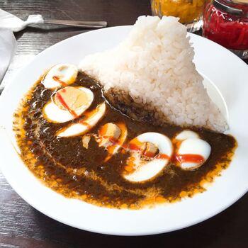 おすすめメニューは「玉子入りムルギーカリー」です。見た目のインパクトが大きいだけでなく、味も抜群!  香辛料の風味と煮込んだ具材のコクが感じられるスパイシーなルーと固めに炊かれたライスとの相性が最高です。