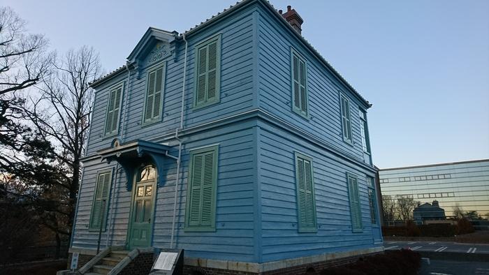 旧開智学校横にある「旧司祭館」。水色の外壁が可愛らしいこの建物は、明治22年フランス人オーギュスタン・クレマン神父により建てられました。アメリカ開拓時代の船大工の技法を残しています。