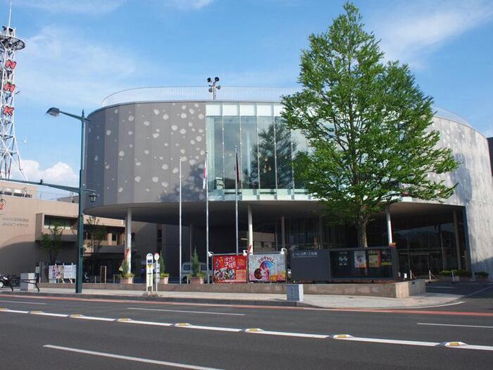 日本を代表する建築家のひとり、伊東豊雄さん設計で2004年8月に開館しました。日本の古典芸能から音楽、演劇など幅広い公演を行っています。