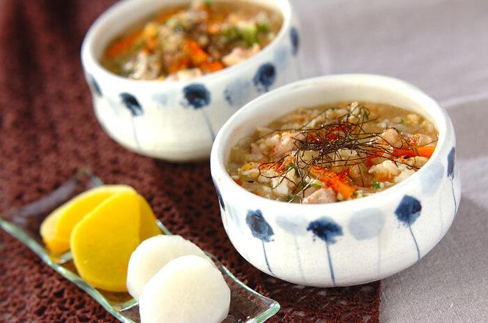 鶏もも肉、大根、ニンジン、えのき、ネギ、卵で作る、野菜いっぱいの親子雑炊。食欲のない日の夕食やお夜食、寒い朝などにいただきたくなるやさしい味わいの雑炊です。