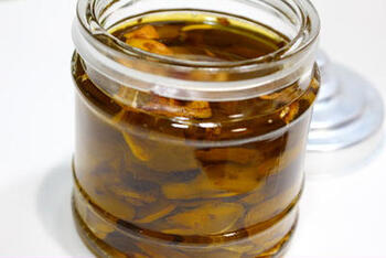 保存瓶に入れたオリーブオイルに、フライパンで炒めたにんにくを投入します。香ばしさとまろやかさのある香りに。