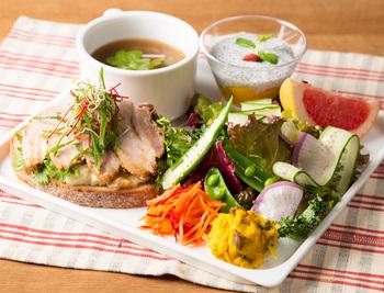 """「パークサイドカフェ」のメニューコンセプトは""""野菜の持ち味や旨みを最大限に活かす""""。旬の野菜をたっぷり食べられて元気をチャージできます*カラフルなお料理は写真にも収めたくなってしまいますね。"""