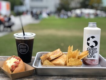 イートインはもちろん、テイクアウトして公園内で食べるのも、これからの季節は良いですよね♪ハムとチェダーチーズをラシーヌブレッドで挟んだ「グリルドチーズサンドウィッチ(写真右)」は、ここにきたら食べておきたい人気のメニューです。