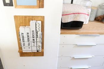 木板とステンレスバーを組み合わせた「ラップホルダー」は、電動工具を使わずに作れるので思いのほか簡単です。ラップやアルミホイル、クッキングシートなど一ヵ所にまとめられるので便利◎
