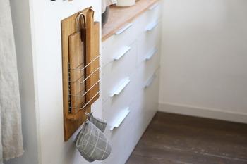 ラップ類だけでなく、カッティングボードやトレーも収納可能です。さらに、バーにフックをかければ、鍋つかみなどを吊るすこともできますよ。