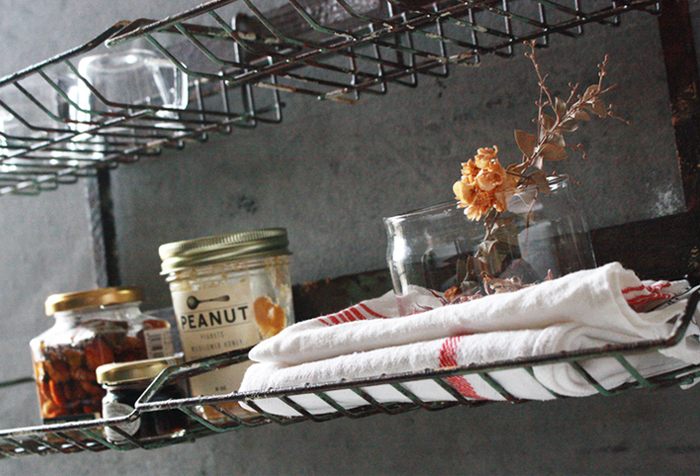 どこに何があるか一目瞭然で、通気性も良いのでキッチン収納にぴったり。壁掛けラックがあれば作業台も広々使えそうです。