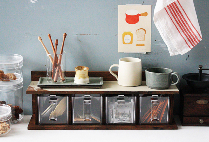 キッチンポットと板材を使って作る「引き出しラック」。一見難しそうですが、ネジで固定&接着するだけので意外と簡単です。透明なので中に何が入っているか把握しやすく、粉末出汁やティーパックなどを入れておくと便利。