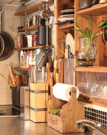 ペーパーをサッと取れて、取り付けも簡単!カッティングボードの木目を活かしたラックは、ナチュラルな雰囲気でお部屋にやさしく馴染んでくれます。