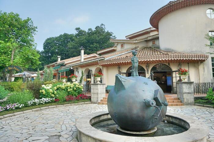 サン=テグジュペリ生誕100年を祝した世界的記念事業の一環としてオープンした、『星の王子さま』がテーマの世界で唯一のミュージアム。園内は鮮やかなお花や緑とともに、星の王子様に出てくる様々な登場人物のオブジェやがあり、物語の世界観を存分に楽しめます。  展示ホールでは作者の生い立ちから作品に込められた思いなどが紹介され、あらためて本を読み返したくなります。