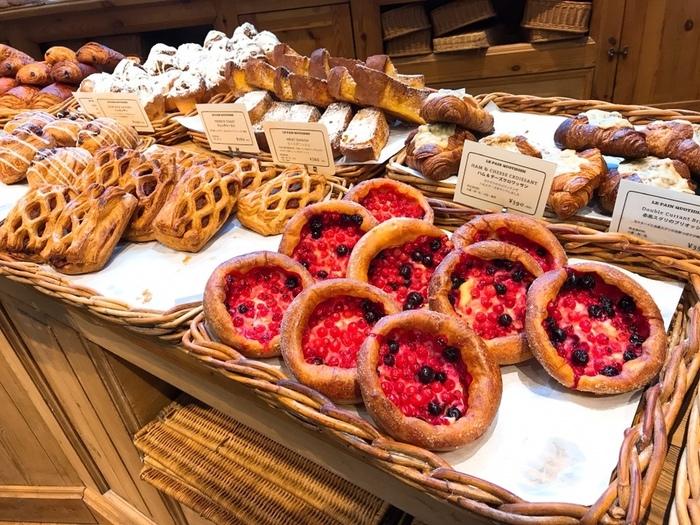 オーガニックの小麦粉、塩、水、天然酵母だけで作られるパンの美味しさをシンプルに楽しめるパンや、サクサクのクロワッサンから、ベルギーチョコを使ったブラウニーなど種類が豊富なベーカリーはどれも食べたくなってしまうラインナップ。お店に入るとズラリと並ぶパンに目移りしてしまいそうですが、その日の気分でお気に入りを選んでくださいね。