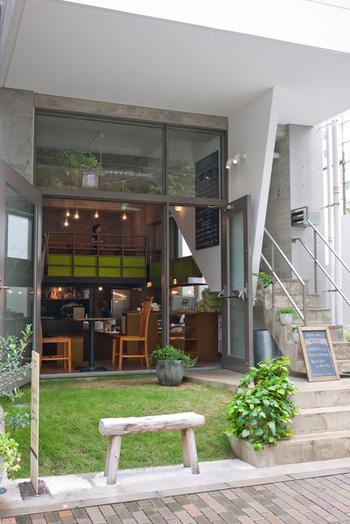 近代的で開放的な外観がおしゃれな、プレイスインザサン。ボリュームたっぷりのサンドイッチとハンバーガーが人気を集めるお店です。
