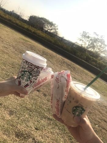 サンドイッチやマフィンなど、カフェメニューも豊富なスターバックスコーヒー。お気に入りの飲み物と一緒にテイクアウトして芝生の上でまったりと楽しむと、いつもより美味しく感じるから不思議です。
