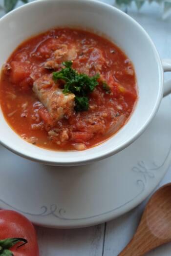 缶詰を使って楽チン「トマトと鯖の簡単スープ」。生姜がたっぷりと入っているので、ポカポカと体が温まりますよ♪サバ缶を使って簡単に作ることができるので、遅くなった日のお夜食にも◎