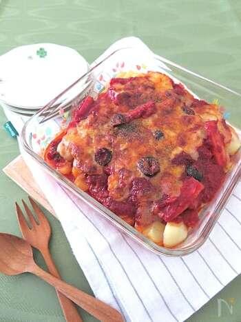 レンジで時短調理できる「トマトオリーブとツナのポテトチーズ焼き」。じゃが芋と上から乗せるトマトソースをそれぞれ先にレンジで温めておけば、あとはトースターで焼くだけ。簡単な工程でメインのおかずが作れちゃいます。