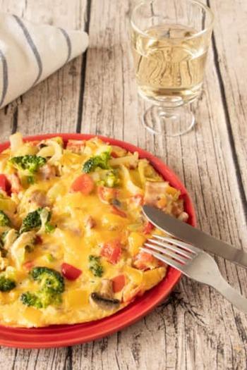 彩り豊かで見た目にも楽しい「ブロッコリーのイタリアンオムレツ」。野菜がたっぷり入っているので、一度の食事でたくさんの栄養素を摂ることができる優秀な一品です。