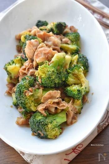 旨味たっぷりなのにヘルシーな「ブロッコリーと豚バラの甘味噌炒め」。豚バラ肉の旨味と甘味噌の旨味がブロッコリーに染みわたり絶妙な美味しさに仕上がっています。あっさりなのに食べ応えもある嬉しいレシピです。