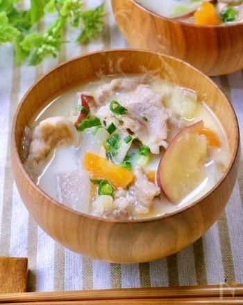 牛乳と味噌で作り豚汁は、優しい味わいでホッとする美味しさです。好みで食材を追加しても◎しっかりとした味なので食べ応えもありますよ♪
