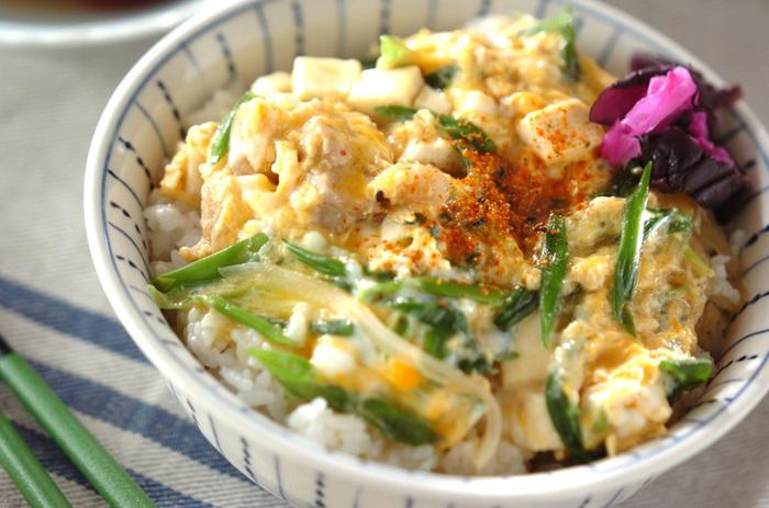とり肉、玉ねぎ、卵で作るいつもの親子丼に豆腐と細ネギを加えたボリューム満点のヘルシーな親子丼。細ネギのグリーンが彩りを良くし、豆腐を加えることで食感がよりふわふわに♪