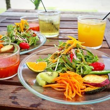 ランチには、サラダ、スープ、ごはん、ドリンクがセット。契約農家さんの無農薬野菜をふんだんに使ったカラフルなサラダは野菜のみずみずしさを堪能できます。