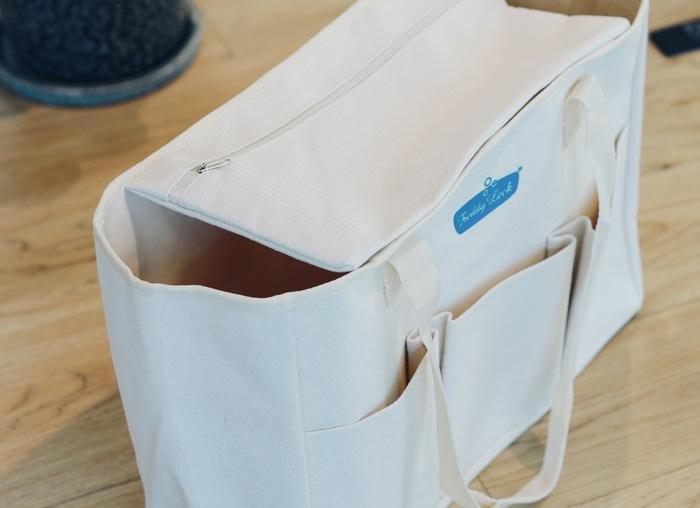 おうちでリビング収納として使うときは内側のポケットを留めて上ぶたにすると目隠しになって便利。厚手の生地で自立するところも使いやすいポイントです。