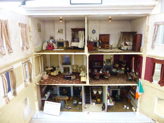 精巧に作られたアイルランドのドールハウス。他にもイギリス等ヨーロッパ各国やアメリカ、さらには日本の貴重なドールハウスも展示され、子どもたちが外国や当時の暮らしを学べる、教育のツールとしても活用されています。