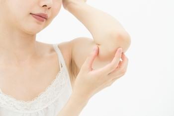 衣類の摩擦は意外と強いもの。朝着替える時にもひじ、ひざを中心に手足をクリームで保湿してあげるとベター。