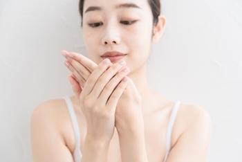 乾燥してないか、皮が向けてしまっているところはないか、ささくれはないか・・など、手の状態を頻繁に確認するのが手元美人の第一歩♪