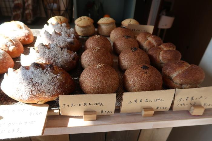 自家製酵母と国産小麦を使ったパンが並びます。自家製のジャムや小麦ふすまを使ったものなど、どれも素朴でやさしい味わいが魅力です。