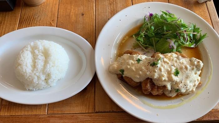 宮崎県産の日南鶏をカラッと揚げて、甘酢だれと手作りタルタルソースがたっぷりかかった「日南鶏のチキン南蛮」も人気。ジューシーな鶏肉は、白いごはんが進みます!