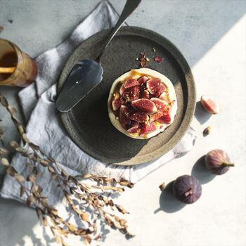 柿灰釉は、鉄釉の一種で、茶褐色に仕上がります。益子焼などに多くみられる釉薬で、ほっこりと素朴な雰囲気に仕上がります。