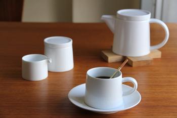 こちらは、白山陶器(磁器)の白マットのカップ。さっぱりとした質感でとてもお洒落な印象を受けます。
