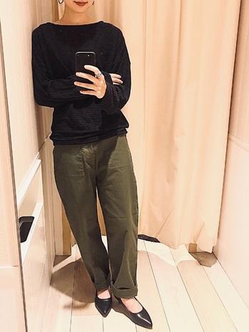あえてミスマッチなヒールのパンプスでキリッとかっこよく、ミリタリーパンツを履きこなすのもおすすめのバランス感です。