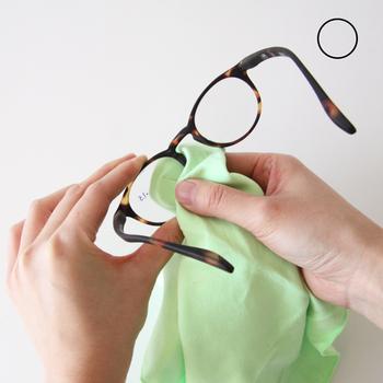クロスを使ってレンズを拭く時には、反対側のレンズを持つのではなく、磨きたいレンズ自体を片手で持つようにしましょう。レンズの表面に触れないようにフレーム部分を指で挟んで持ち、クロスで優しくレンズの汚れを拭き取るようにするとうまく出来ます。