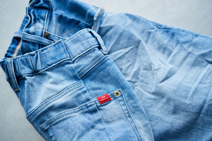 裏ポケットにはキャッチーなCepoのピスネームが。デニムのカラーごとに異なったポケットのステッチや、ロールアップした際にちらっと見えるレインボーのステッチなど、些細なところにまでもこだわった仕様が人気の秘密。