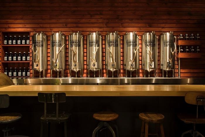 カウンターには、ビアタンクに模した8台のビアタップが並びます。木造の壁に、シルバーのタップが輝いて見えます。レバーの部分には鹿の角が施されていて、とってもおしゃれ。
