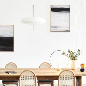 真っ白な壁にモノトーン系の絵を飾ると、コントラストがついておしゃれ!ナチュラルテイストのお部屋も、こんな絵を差し色的に使えばモダンな印象をプラスできます。