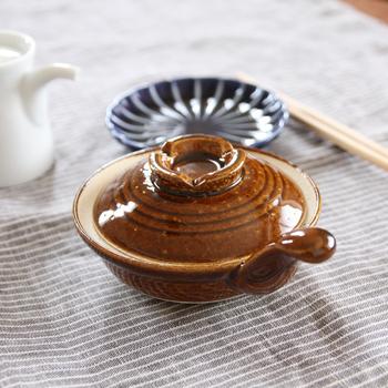 透明釉に鉄かマンガンを加えるとあらわれるのが、褐色の飴釉です。
