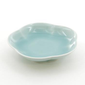 鉄を加えた青緑色の釉薬が、青磁釉です。鉄分が少ないと淡く発色します。昔ながらの青磁釉は灰と土石類がベースとなっています。