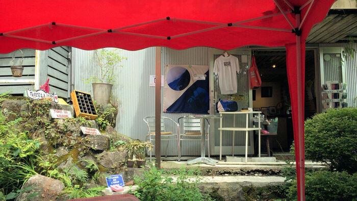 美術館横にはランチやスイーツを楽しめるカフェがあり、箱根の自然とアートをゆっくり感じたい人におすすめ。国内外の作家による企画展も随時開催しています。