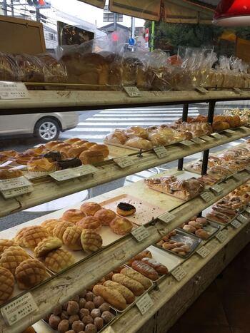店内にズラリと並ぶパンは、お値段も優しくてついつい買いすぎてしまいそう。食パンも人気なので、お土産にもおすすめです。