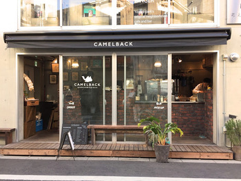 ラクダのマークが目印のキャメルバックは、元寿司食人が作るサンドイッチと、人気のカフェ出身のバリスタが淹れるコーヒーが楽しめる異色のお店なんです。