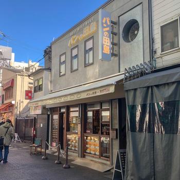 レトロな外観が目印のパンの田島。コッペパンの専門店で、ふっくらとしたコッペパンが、初めてでも懐かしく感じる不思議なお店です。