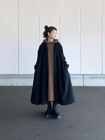 冷え込みが厳しい冬はAラインパーカーワンピースを。カジュアルになりすぎない大人カラーの1枚をチョイスして。暖かいロングコートと重ね着してブラウン&ブラックの2トーンでまとめるとお洒落♪