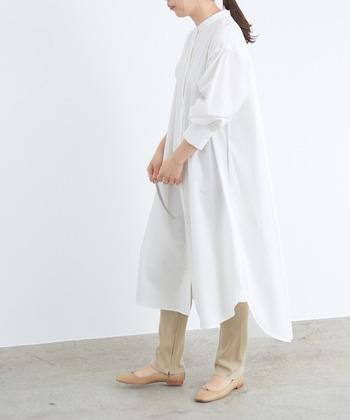 後ろの裾を長めにデザインしたワンピースは、シルエットがとっても素敵。足元をベージュで揃えれば春の軽やかなイメージにぴったり。