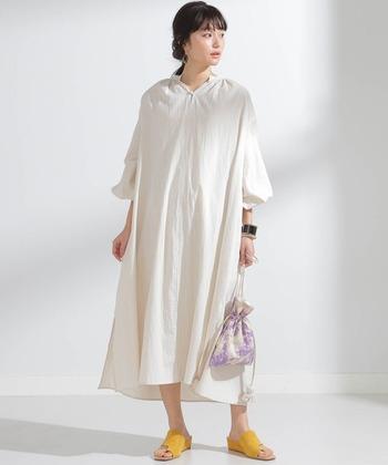 襟元に入ったギャザーが可愛いシャツワンピースは、袖の形もポイント。ワンピースの醍醐味でもある1枚での着こなしの際は、バッグや靴などの小物使いで遊びましょう。