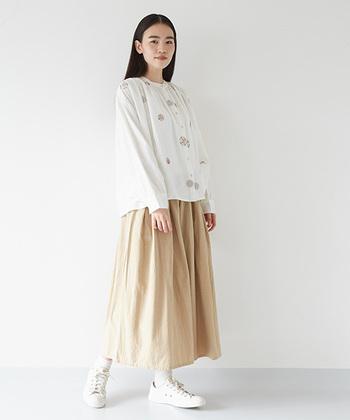 刺繍入りの素敵なブラウスは、さらりと1枚で着こなしましょう。刺繍に使われている色とスカートの色を合わせ、さりげなくリンクさせるとコーデのまとまり感がアップします。