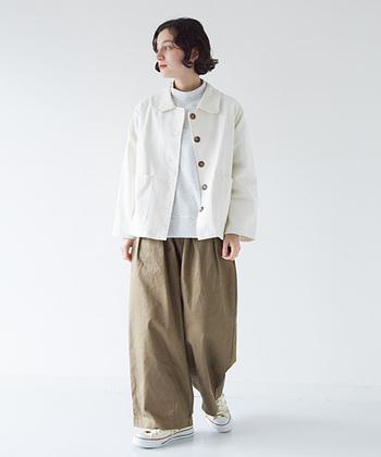 ワイドなシャツジャケットは、メンズライクなシルエット。なのでとことんメンズコーデを満喫しましょう。ジャケットのインナーに白を入れることでジャケットの綺麗な白がより映えます。