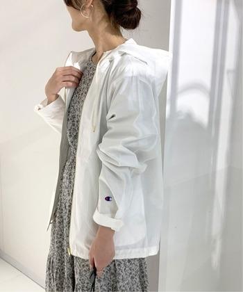 白のジップフードジャケットは、旅行などアクティブに過ごしたい日にぴったり。柄ワンピースに羽織って甘さを中和するのにも使えそう。